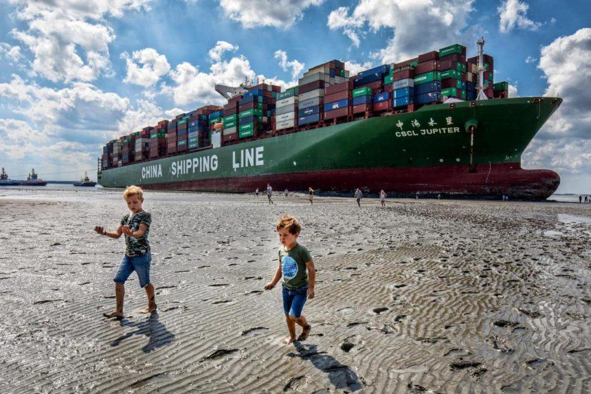 Containerschip op Westerschelde vastgelopen